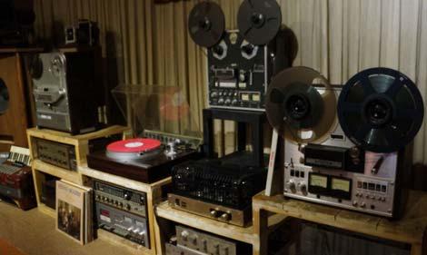 Dân chơi máy hát thường sắm kèm loa và bộ âm ly cho trọn vẹn. Ảnh: cand.com.vn
